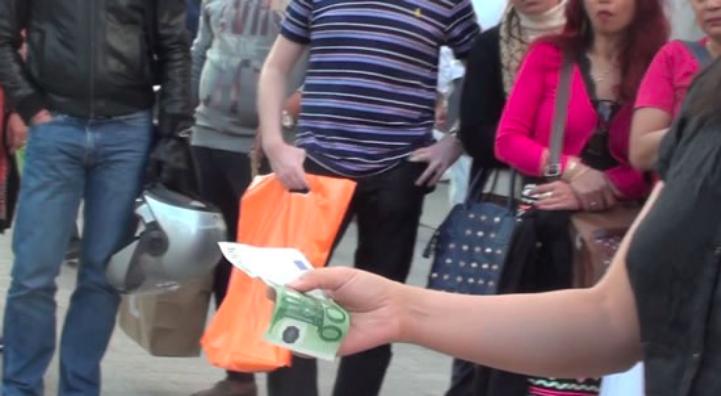 Yao Qingmei – Sculpter un billet de 100 euros – archive vidéo (screenshot) d'une action dans la rue – 2014