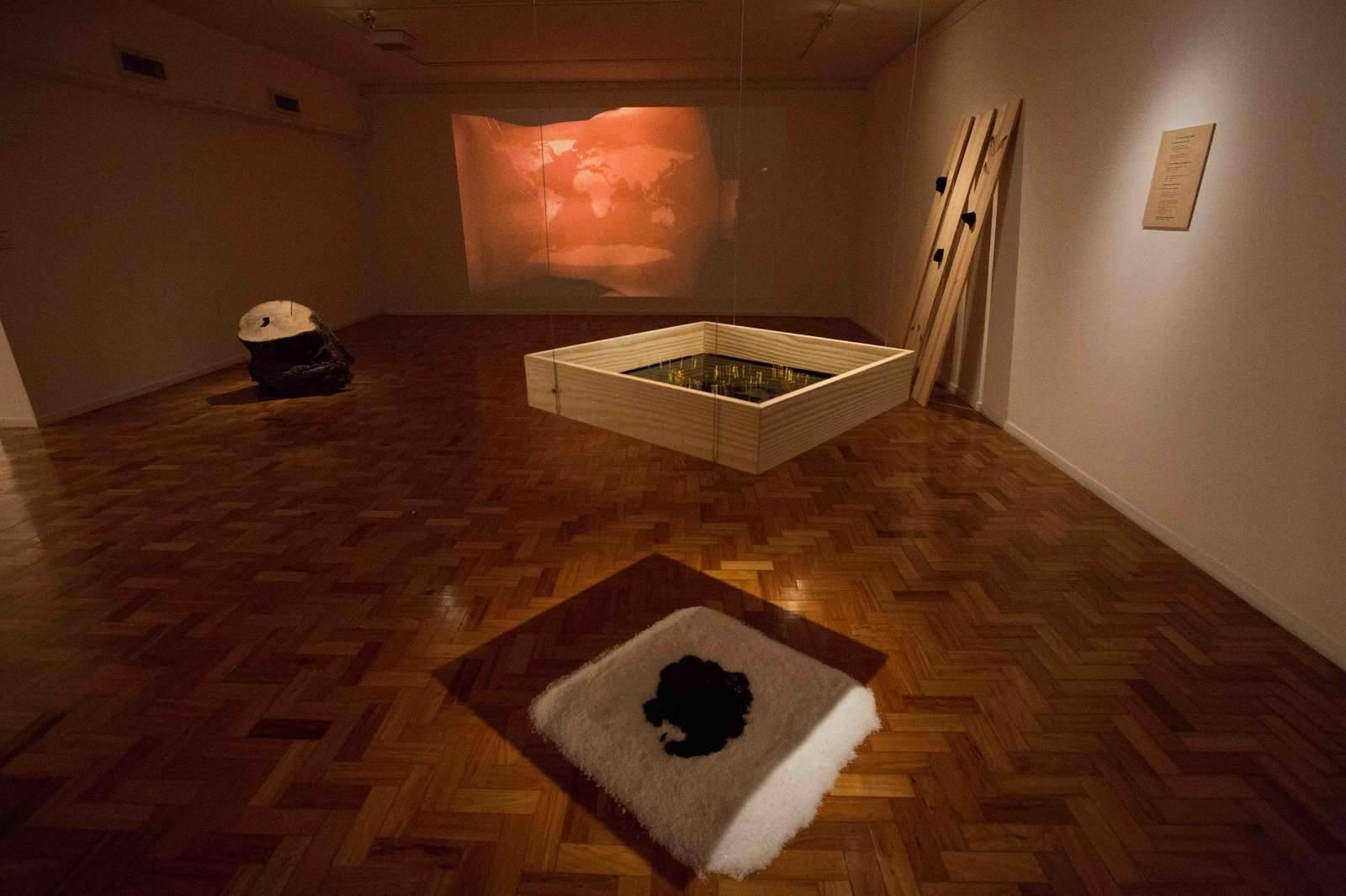 "Vue de l'exposition ""temps fossile"", 2016, galerie ibeu, Rio de Janeiro"