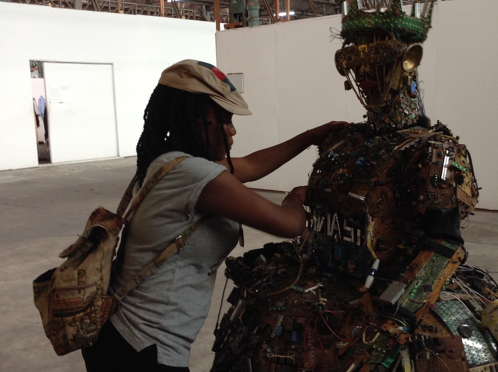 Aïcha Mena Kanieba travaillant sur la scultpture Mwasi Mwinda